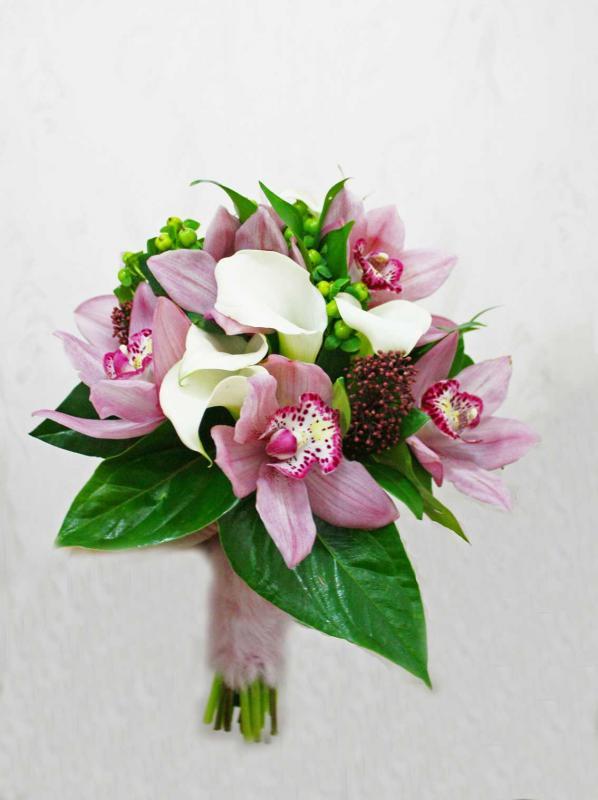 Маленькие свадебные букеты из калл и орхидей, цветов петровско разумовская